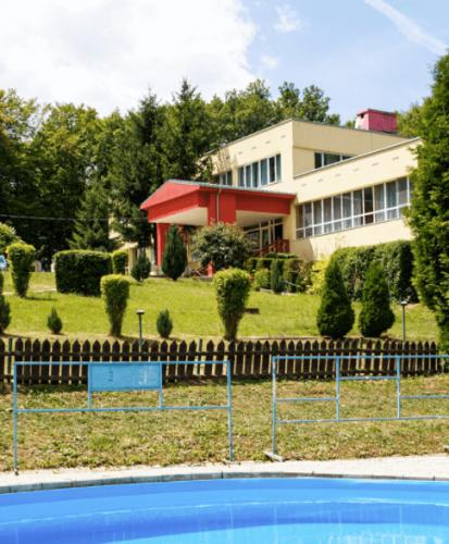 2-Prasnik-HL-Budova-a-bazen